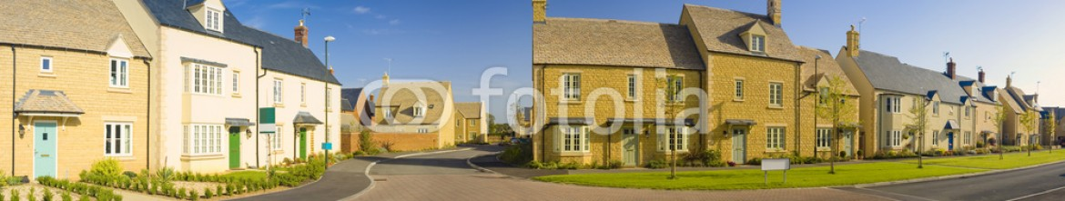 51520431 – United Kingdom of Great Britain and Northern Ireland – Street view of new houses
