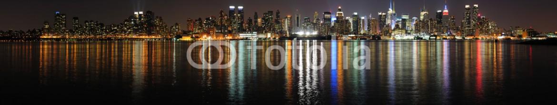 60913213 – United States of America – New York City Manhattan midtown skyline at night