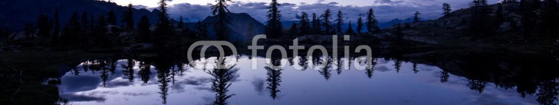 71361415 – Italy – Panorama serale su lago di montagna