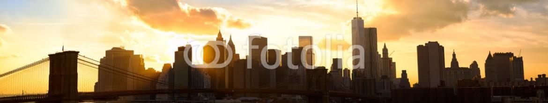 72679414 – United States of America – Manhattan panorama with Brooklyn Bridge at sunset, New York
