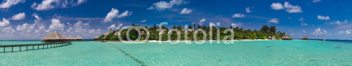 80900441 – Maldives – Panoramic view of the path to the island over the water