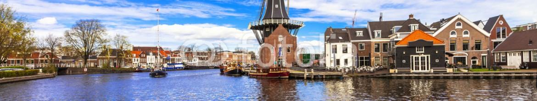 81826290 – Ukraine – Traditional Holland – vamals and windmills (Haarlem)
