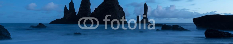 85188045 – Iceland –  Reynisdrangar Rock at Reynisfjara Beach, Vik, Iceland