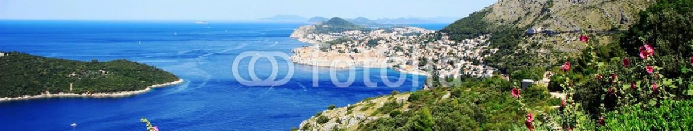 86327354 – Croatia – Old town Dubrovnik with blue Adriatic sea and Mediterranean vegetation