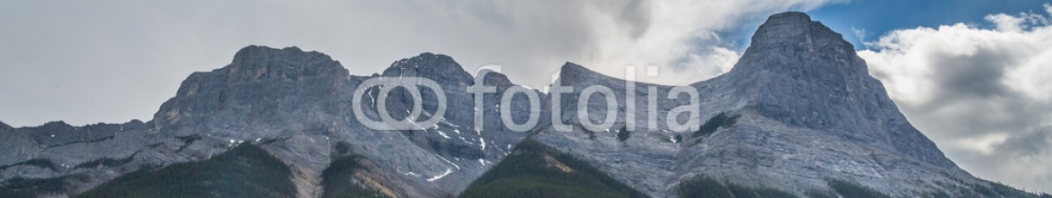 87352631 – Canada – The mountain and the valley in Canmore