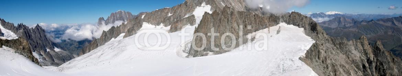 90917263 – Italy – Monte Bianco – Ghiacciaio del Gigante al confine tra Italia e Francia con il dente del Gigante sullo sfondo e l'inizio della Vallee Blanche per la Vierge