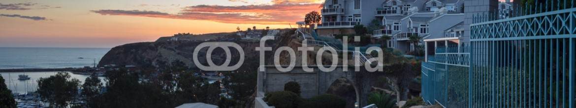 91107490 – United States of America – Panoramic view of overlook of the harbor walkway in Dana Point, California, at sunset in Summer