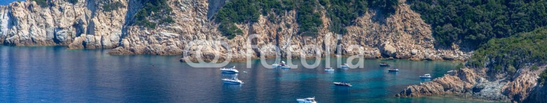 91494789 – Italy – Insenatura dell'isola d'Elba con barche ormeggiate