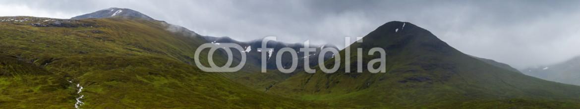 92484942 – United Kingdom of Great Britain and Northern Ireland – Glencoe mountains and landscape, in cloudy day, Scotland