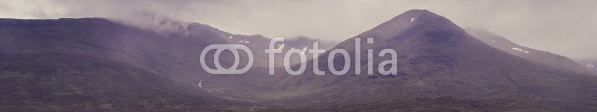 92485113 – United Kingdom of Great Britain and Northern Ireland – Glencoe mountains and landscape, in cloudy day, Scotland