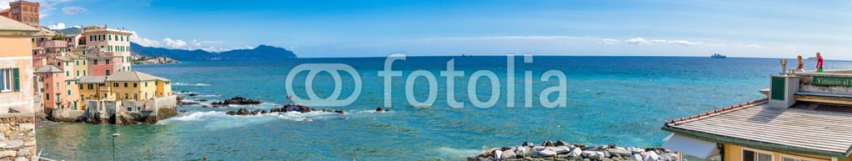 93013182 – Italy – Foto Panoramica della spiaggia e del Borgo di Boccadasse a Genova in Liguria