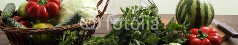 93016823 – Romania – verdure e ortaggi freschi su tavolo di casa sfondo rustico