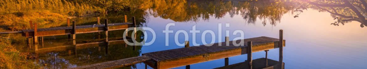93074573 – United Kingdom of Great Britain and Northern Ireland – Wooden Jetty on a Becalmed Lake at Sunset
