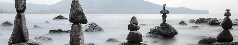 Скинали Необычные камни на море